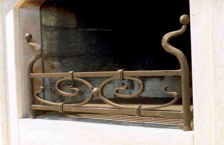 Кованая оградка для камина в стиле ар-деко