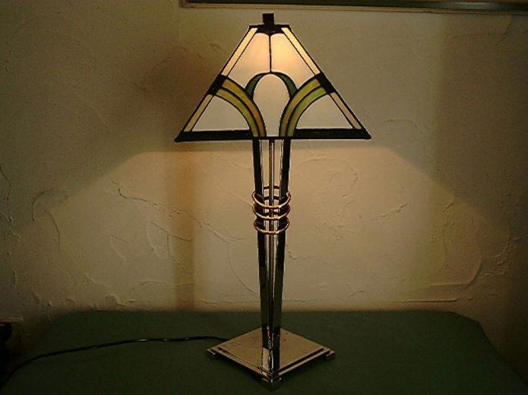 Настольная лампа современного происхождения в стиле ар-деко
