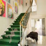 Зеленая лестница с гепардами в прихожей