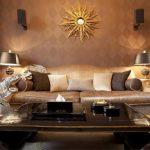 Традиционный sunburst над диваном в гостиной ар-деко