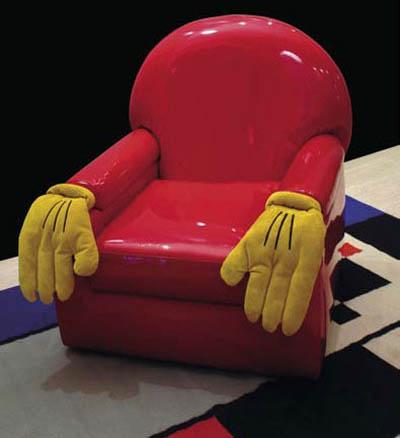 Яркое кресло с оригинальным оформлением