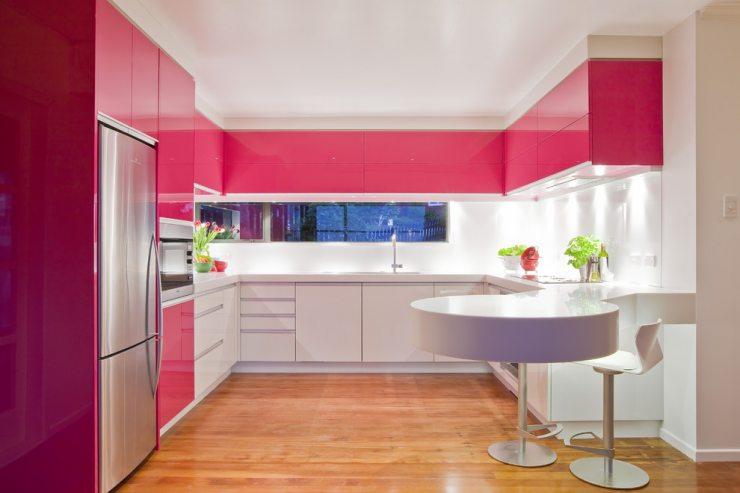 Кухня с фасадами розового и белого цвета
