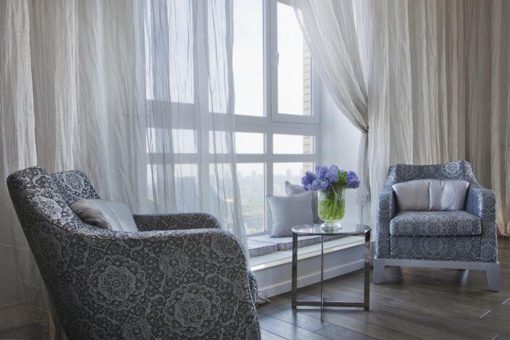 Штора из жатой ткани в просторной гостиной с большим окном