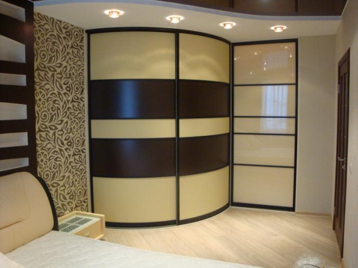 Пример гардеробной части в спальной комнате