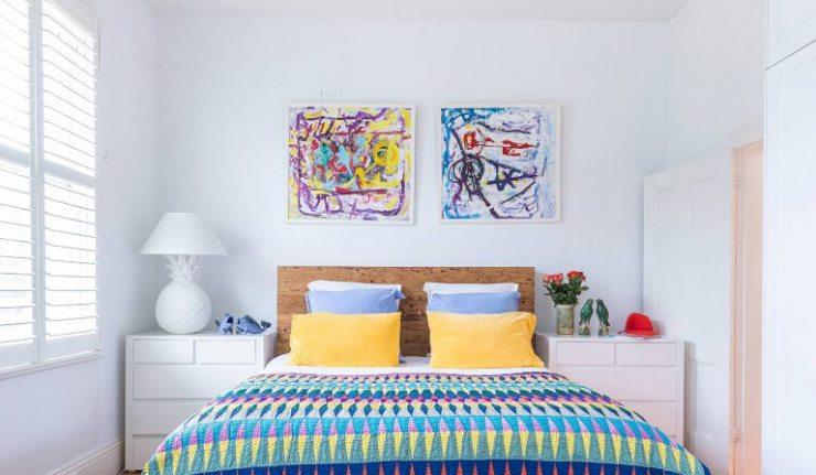 Абстракционизм в интерьере спальни