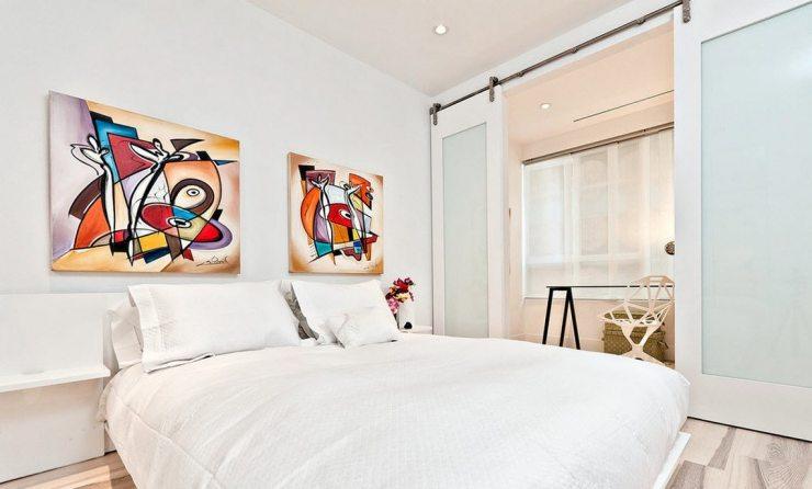 Картина-акцент в интерьере спальни