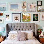 Много картин в спальне
