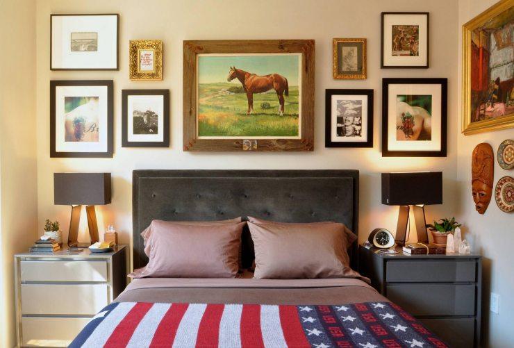 Много разных картин в спальне