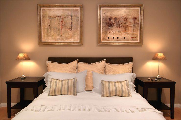 Репродукции картин на стене в спальне