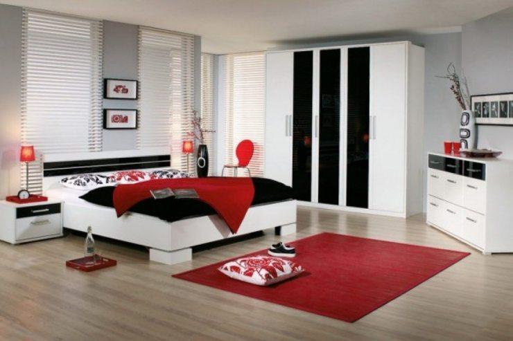 Светлая спальня для молодой пары