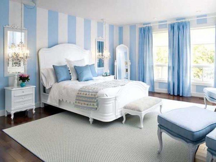 Спальня в голубых тонах с большими окнами