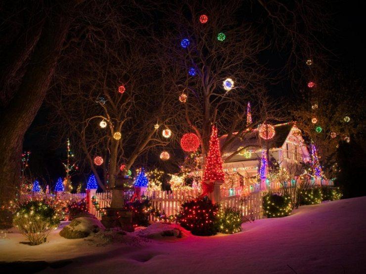 Новогоднее украшение двора