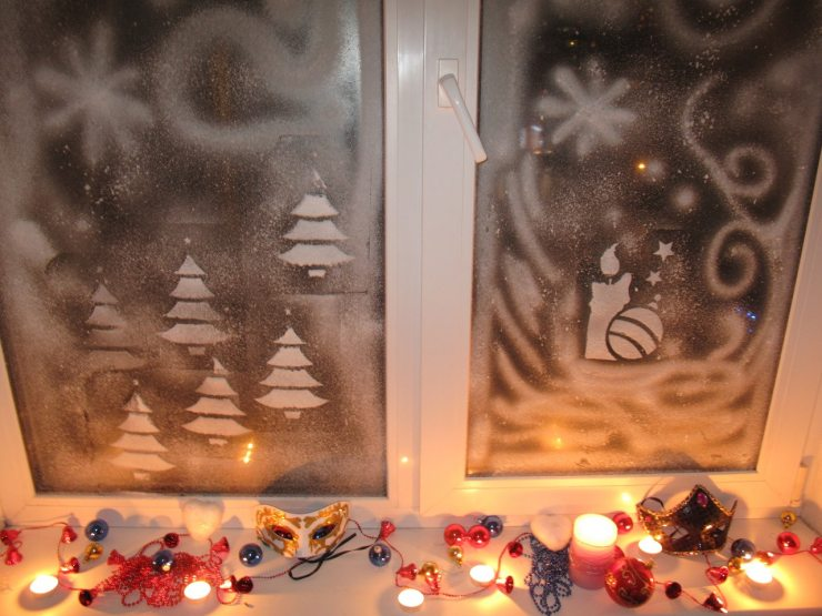 Новогодние украшение окна в квартире