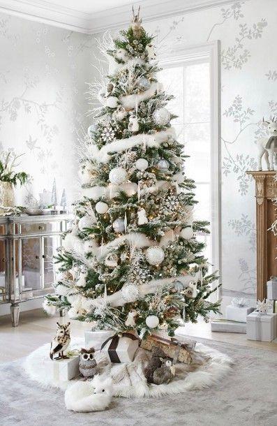 Новогодняя елка, украшенная белыми игрушками