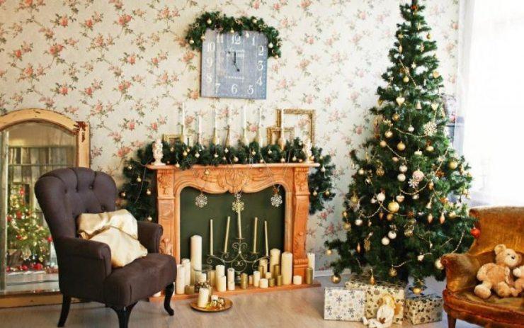 Гостиная с елкой, креслом и фальш-камином