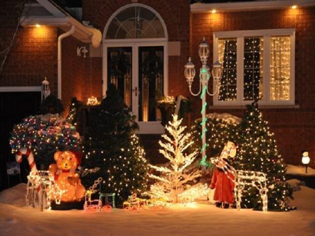 Иллюминация к Новому году у дома