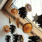 Новогодний декор из шишек и сушеных цитрусов