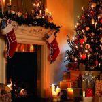 Новогодняя елка у камина с игрушками