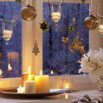 Новогодние игрушки и свечи на окне
