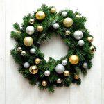 Рождественский венок из еловых веток и елочных игрушек