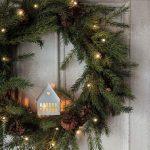 Рождественский венок из еловых веток с гирляндой