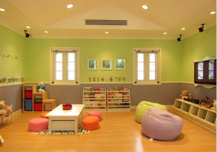 Просторная детская комната в ярких тонах