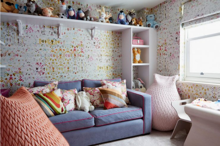 Детская комната с диваном и креслами-мешками