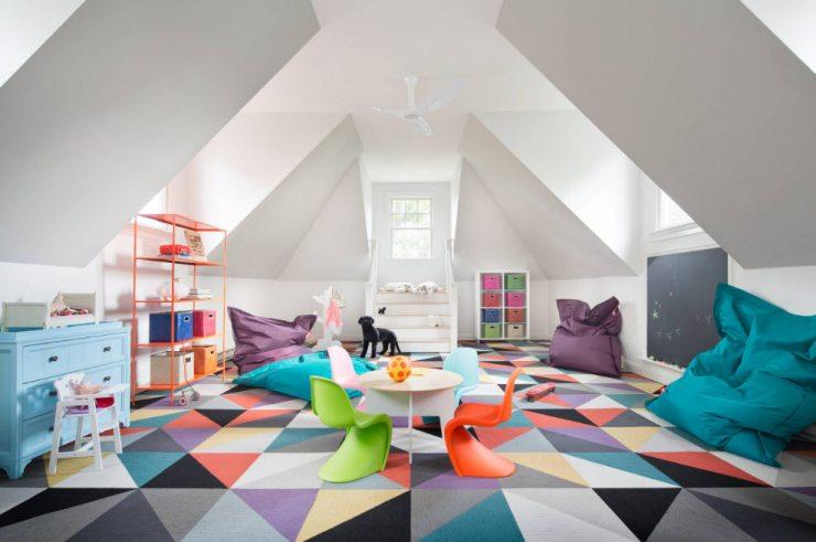 Яркий интерьер мансарды в доме