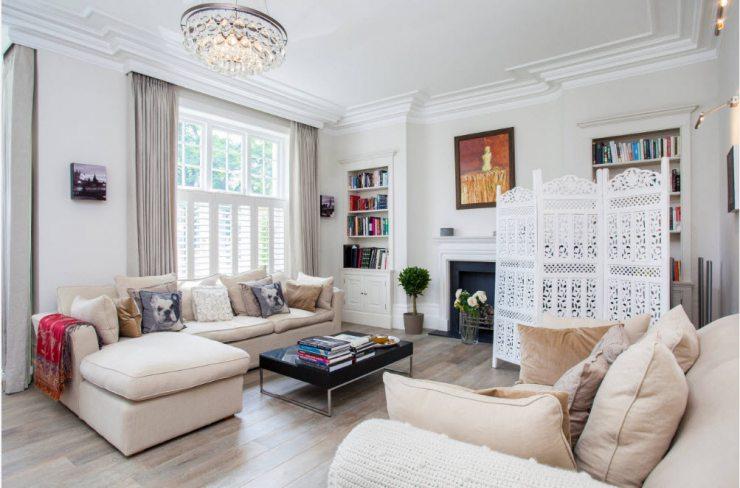 Просторная гостиная в светлых тонах с белой мебелью