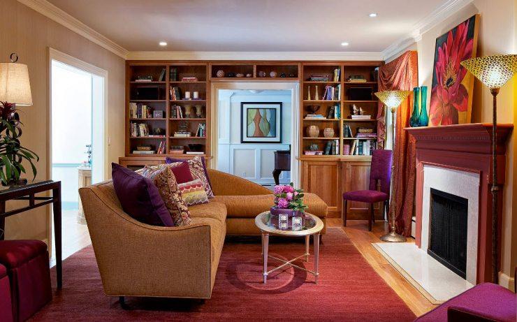 Гостиная с камином и диваном
