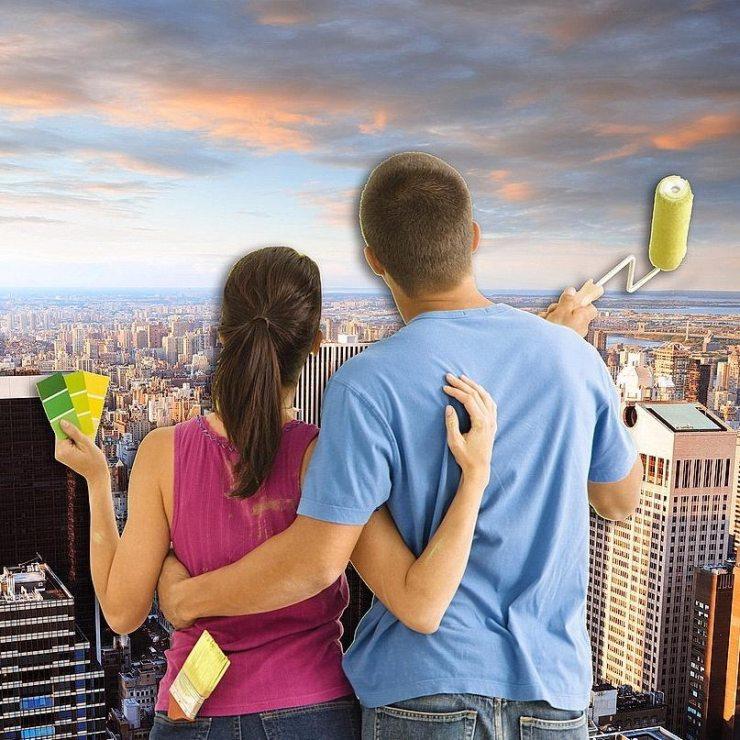 Мужчина и женщина смотрят на фотообои