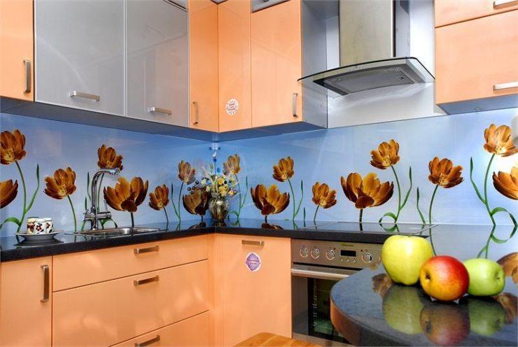 Репродукция цветов на фотообоях над рабочей зоной кухни