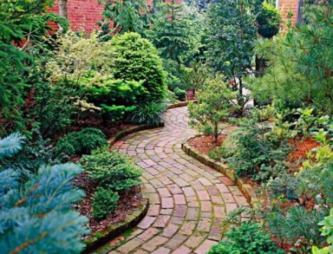 Дорожка из кирпича в саду