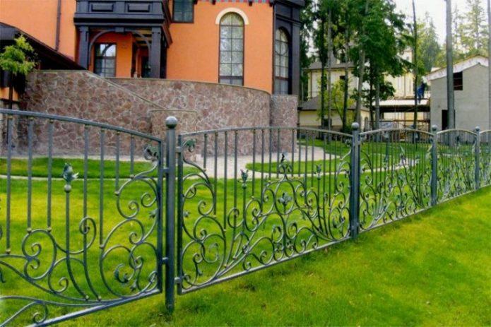 Кованый забор в палисаднике