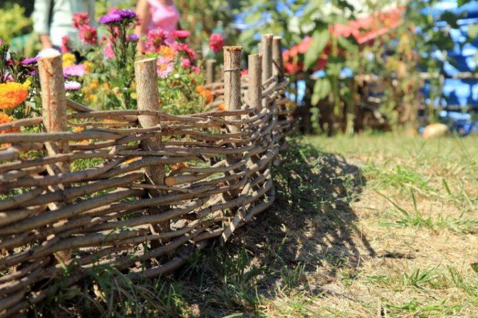 Небольшой забор-плетень