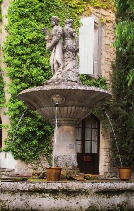 Фонтан со статуями