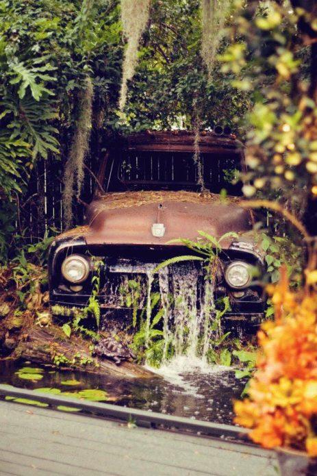 Фонтан из старого автомобиля