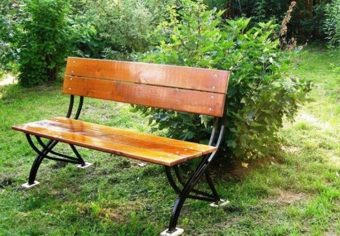 Деревянная скамейка с металлическими ножками
