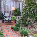 Интересное оформление садовой дорожки