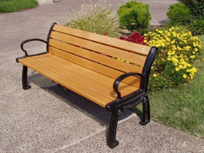 Скамейка из дерева с опорами из металла