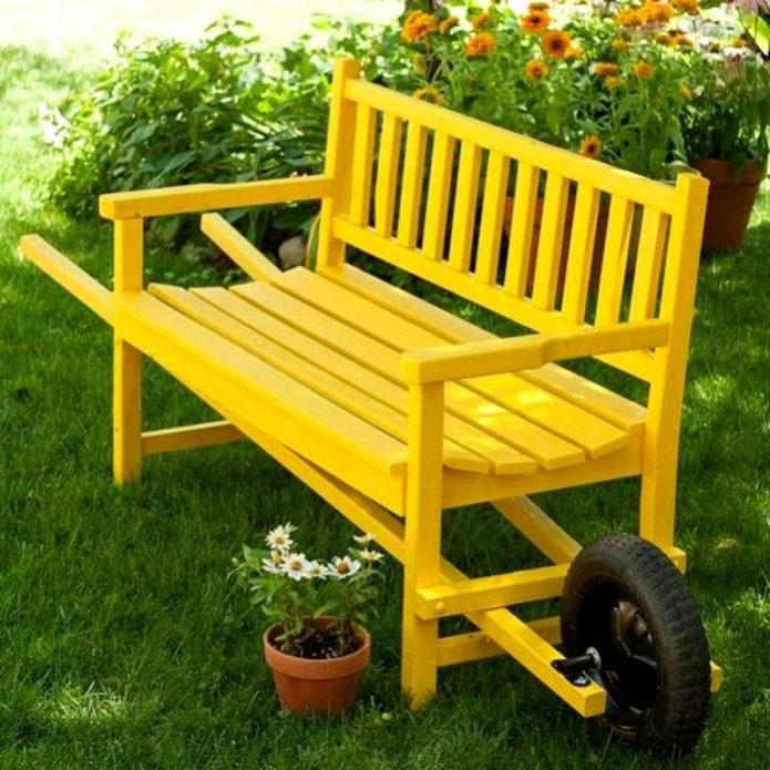 Мобильная скамейка из дерева для дачи