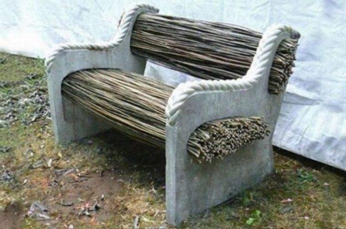 Скамья из бетона и прочных веток