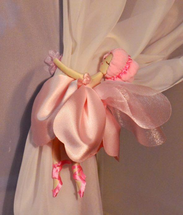 Готовая фея, «обнимающая» штору