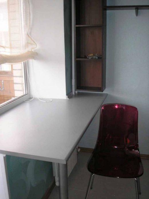 Кухонный стол и стул у окна
