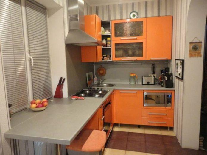 Маленькая кухня с оранжевой мебелью