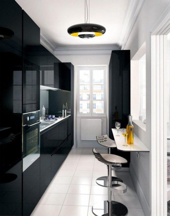 Узкая маленькая кухня с черной мебелью