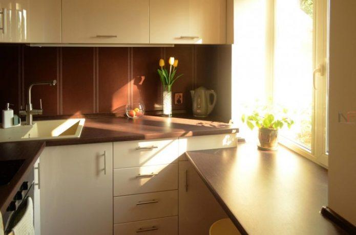 Маленькая кухня со столешницей у окна