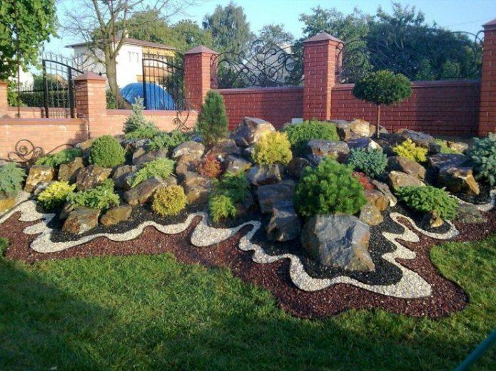 Горка с камнями и хвойными растениями
