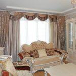 Мягкий ламбрекен с драпировкой на большом окне в гостиной