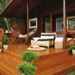Открытая деревянная терраса со ступенями